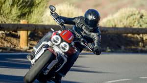 Motorradfahrer fährt eine Triumph Rocket 3 R in der Kurve