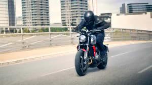 Ein Motorradfahrer auf der neuen Triumph trident 660