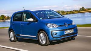 VW eco up! fahrend auf der Straße