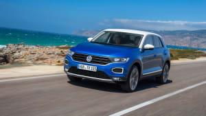 blauer VW T-Roc fährt auf Landstrasse