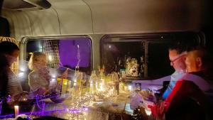 Zwei Paare zu Tisch beim Wohnmobil Dinner