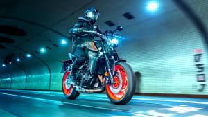 Yamaha MT 09 fahrend in einem Tunnel