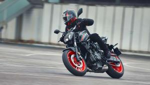 Ein Yamaha MT-07 Motorrad fährt auf einer Straße