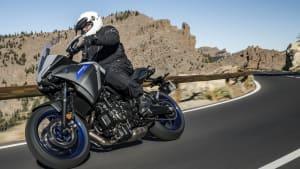 Motorradfahrer fährt eine Yamaha Tracer 700 in der Kurve auf Landstrasse