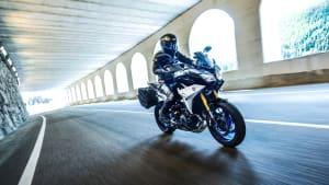 Yamaha Tracer 900 GT fahrend auf der Straße