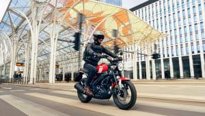 Seitenansicht einer fahrenden Yamaha XSR 125