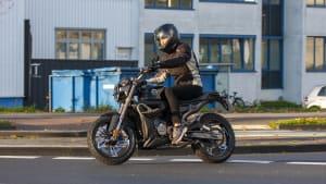 Motorradfahrer auf Zontes Z125-G1 waehrend der Fahrt