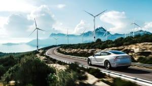 Ein Elektro-Auto fährt durch eine schöne Landschaft
