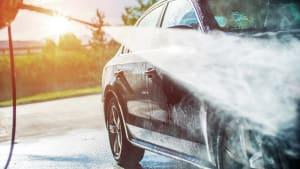 Auto wird mit Hochdruckreiniger geputzt