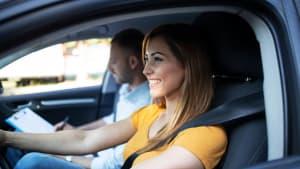 Eine junge Frau nimmt Fahrstunden