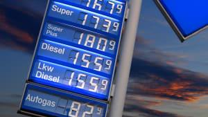 Ein Schild an einer Tankstelle zeigt die aktuellen Spritpreise