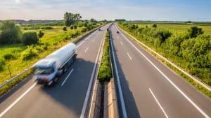 LKW fährt Autobahn