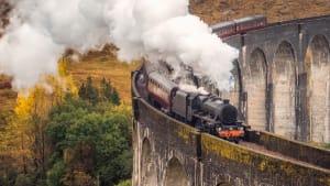 Ein Zug der West Highland Line fährt über das Glenfinnan Viadukt in Schottland