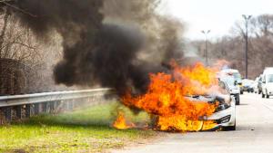 Brennendes Auto auf dem Seitenstreifen
