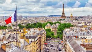 Stadtansicht von Paris mit französischer Flagge und Eiffelturm