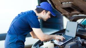 Mechaniker liest Fehler an Auto aus