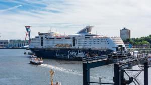 Große Fähre liegt im Hafen von Kiel