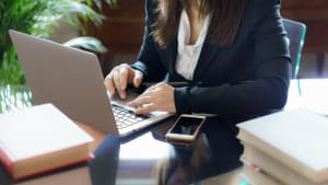 Frau vor einem Laptop
