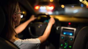 Frau fährt in der Nacht Auto