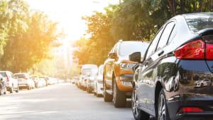 Parkende Autos an einer Strasse