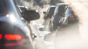 Abgase von Autos, die im Stau stehen