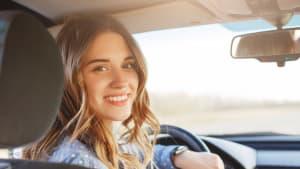 Junge Frau am Steuer eines Autos