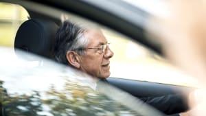 Rentner am Steuer im Auto