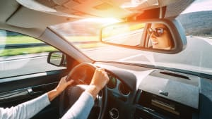 Junge Frau fährt Auto.