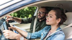 Fahrschülerin im Auto während einer Fahrstunde