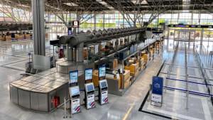 Eine leere Check-In -Halle am Flughafen Stuttgart während Corona