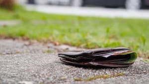 Eine mit Geld gefüllte Geldbörse liegt verloren auf der Strasse