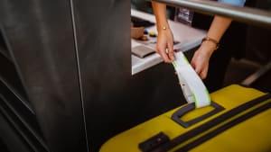 Koffer wird am Flughafen aufgegeben