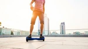 Kinder fahren auf Hoverboards