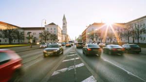 Autos auf einer Straße in München
