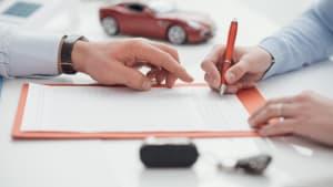 Mann und Frau unterzeichnen einen Vertrag