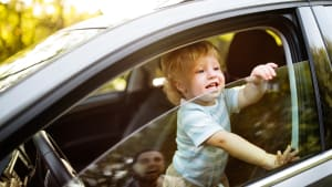 Kleiner Junge blickt aus Autofenster