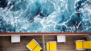 Ein Kreuzfahrtschiff mit Liegestuhl von oben