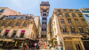 Ein belebter Platz vor dem Santa Justa Lift in Lissabon