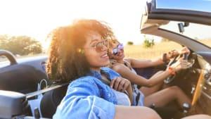 Zwei Frauen fahren in einem Cabrio