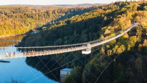 Eine sehr lange Hängebrücke führt über eine tiefe Schlucht.