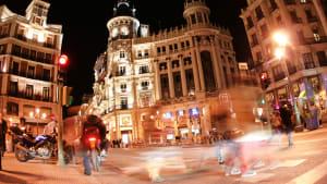 Nachtleben auf einer Strasse in Madrid