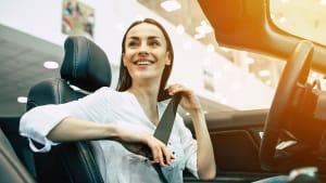 Frau sitzt in einem Cabrio Probe