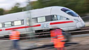 Ein ICE fährt an einer Gleisbaustelle vorbei