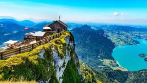Erstaunliche Aussicht vom Schafberg durch Sankt Wolfgang im Salzkammergut im Haus Schafbergspitze, Mondsee. Blauer Himmel, Alpen Berge.
