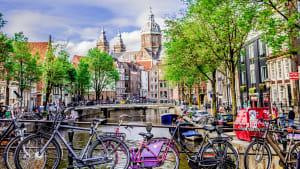 Blick auf Krachten in Amsterdam mit Fahrrädern am Brückengeländer