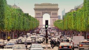 Viel Verkehr auf den Champs Elisées in Paris