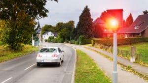 Schnelles Auto wird an Ortseinfahrt vom Blitzer geblitzt