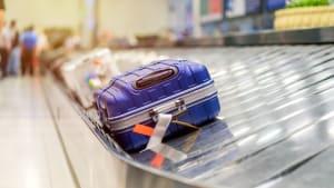 Koffer auf einem Kofferband am Flughafen