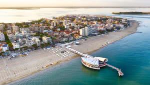Ligniano Sabbadiadoro mit Stadt und Meer aus der Luftperspektive