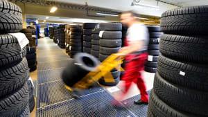 Ein Mann wählt einen Reifen aus